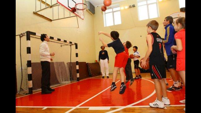 The WNBA Envoys teach the Ukrainian athletes a new basketball shooting game.