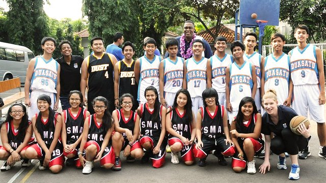 Team photo of Indonesian boys and girls with former WNBA star Edna Campbell and NBA legend Rick Mahorn.