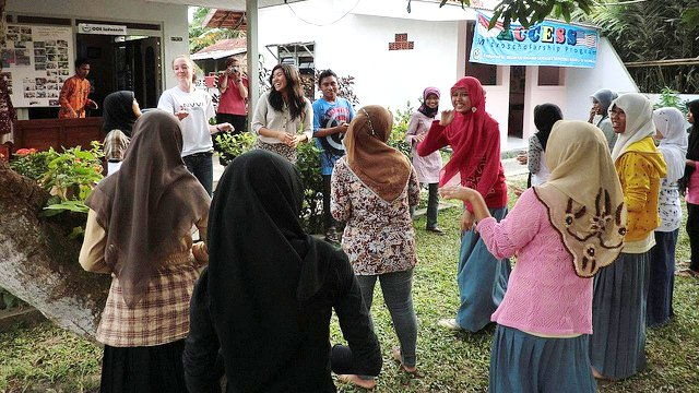 Katherine, from Virginia, engages in peer teaching at the English Access Microscholarship School in Bangkalan.
