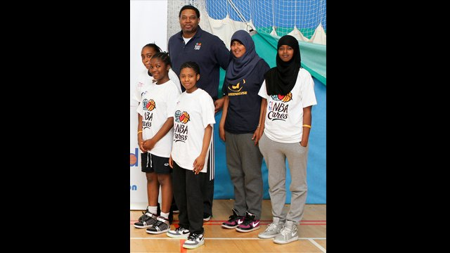 Former NBA Legend Sam Perkins poses with young players from London.