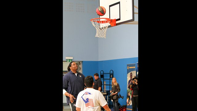 Sam Perkins gets hands on with clinic participants.