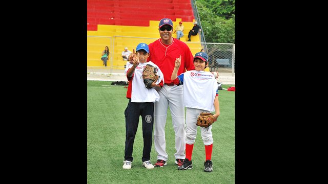Barry Larkin with clinic participants in Ecuador.